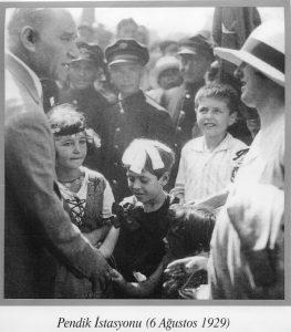 macide-5-yasinda-atat_rke-cicek-verdikten-sonra-altina-etmis-utanctan-dudagini-isiriyor-1929